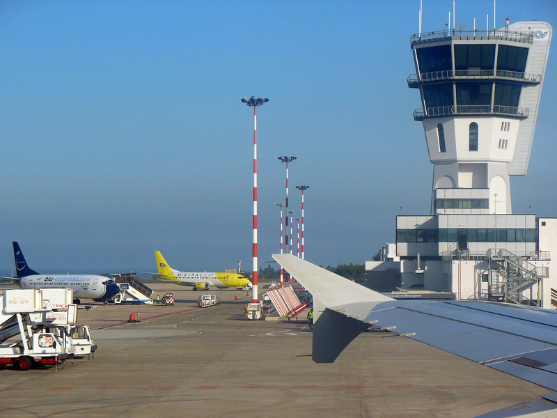 http://carst.smugmug.com/Flights-and-Airplanes/2012-11-25-2-Rome-Bari-FD/i-3MsmRg5/0/L/20121125-141610-L.jpg
